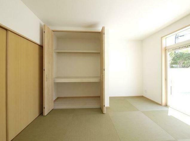 和室 玄関からすぐの和室はおしゃれな半帖畳になっており、客間としても活躍します。