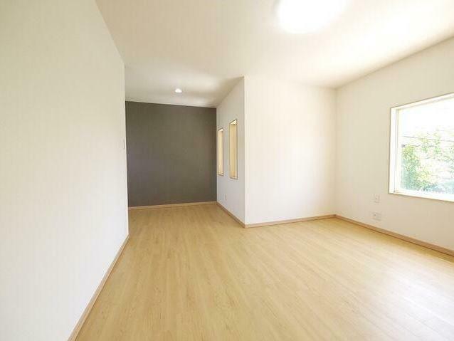 洋室 2階の10畳の広い洋室は用途に合わせて様々な使い方ができそうですね。