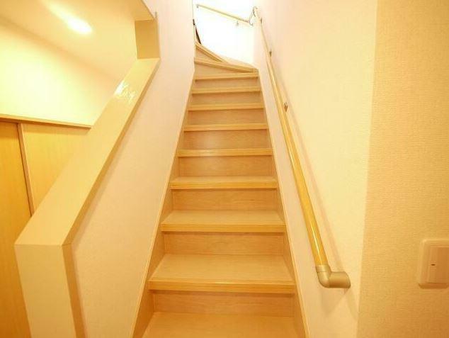 階段には手すりが付いているので安全です。