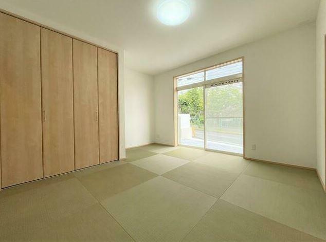 和室 ホール・リビングから行き来できる和風居室です。畳風タイルを利用しているため、机などの家具もおけます。