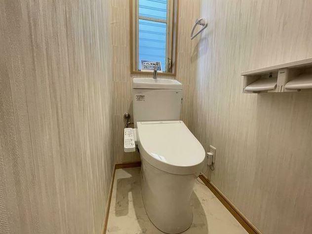 トイレ 見えづらく角度を付けていますが、玄関からすぐがトイレです。