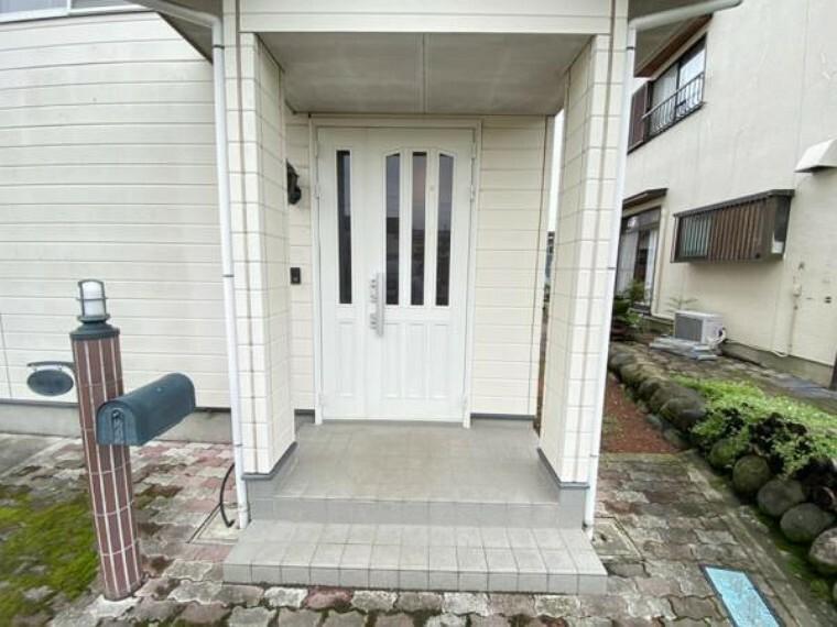 玄関 【リフォーム中】玄関は鍵交換を行います。明るい白色が素敵な玄関です。洋風なその雰囲気は、帰宅する家族やお客様を温かく迎え入れてくれます。