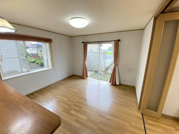 居間・リビング 【リフォーム中】ダイニングは天井・壁クロスの貼り替え、フロアタイルの重ね貼り、照明交換を行います。ダイニングテーブルを置いてゆったりとお食事などいかがでしょうか。