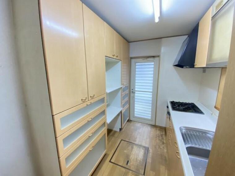 キッチン 【キッチン】キッチンは新品交換し、床下収納を設置します。壁収納もクリーニングし、清潔感のあるキッチンで快適なお料理をお楽しみいただけます。