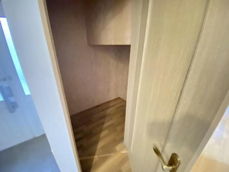 収納 【リフォーム中】1階物入はフロアタイルの重貼、天井・壁クロスの貼り替えを行います。リビング近くでアクセスのいい収納は、何かと必要なものをしまっておくのに便利です。