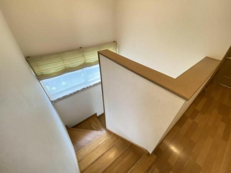【リフォーム中】階段部分はフロアタイルの重貼、天井・壁クロスの貼り替え、照明交換、手すりのクリーニングを行います。