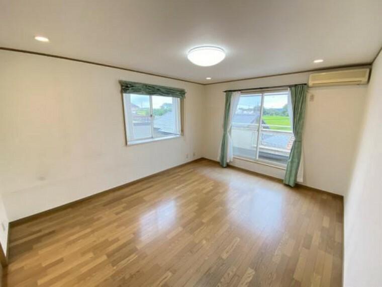 【リフォーム中】2階東側洋室です。フロアタイルの重貼。天井・壁クロスの貼り替えを行います。10帖でゆとりが十分なので、とても快適な寝室など自由な使い方ができます。
