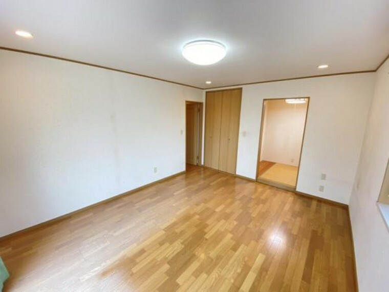 【リフォーム中】東側洋室別アングルです。照明交換も行います。日当たりがよく朝は気持ちよく目覚めることができる広々としたお部屋です。