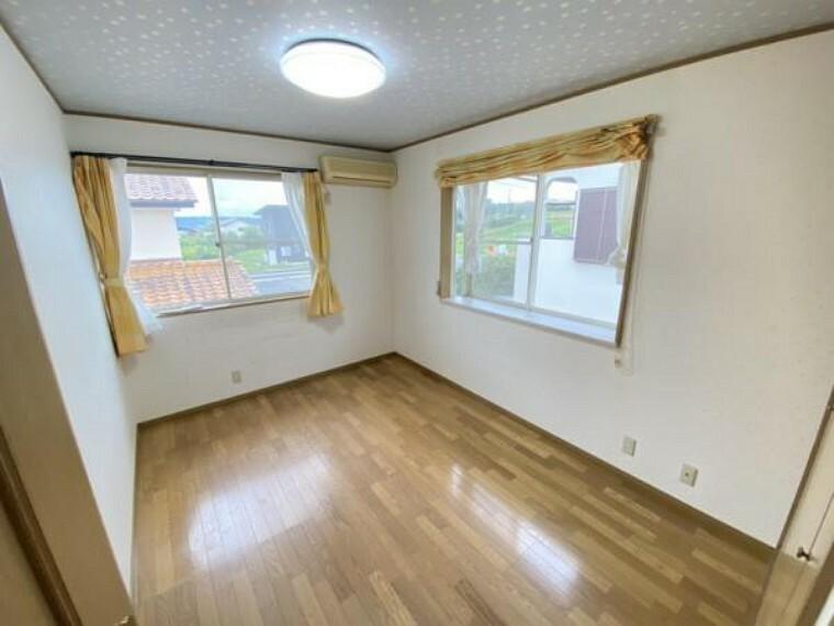 【リフォーム中】2階西側の洋室です。フロアタイルの重貼、天井・壁クロスの貼り替え、照明交換を行います。南、西側の窓で陽もたくさん入り、明る気持ちのいいお部屋です。