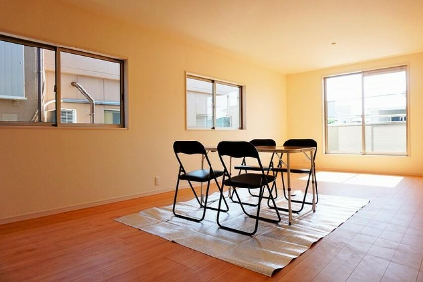 居間・リビング (同仕様写真)。大きな窓からの陽光が木の温もりをより優しく感じさせる開放的なリビングです。