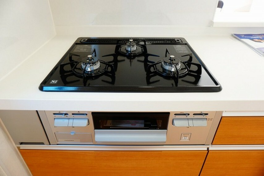 キッチン (同仕様写真)。嬉しい3口コンロです。調理をしながらちょっとした一品を加えたいとき、熱を持った鍋の一時的な置き場所としてなど、3口あると便利なことがたくさんありますね。