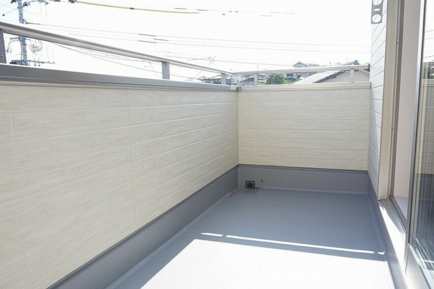 バルコニー (同仕様写真)。キッチン側とリビング側の2面バルコニー。足元は防水工事が施工されており、高い防水性、耐熱性、耐久性を備えています。