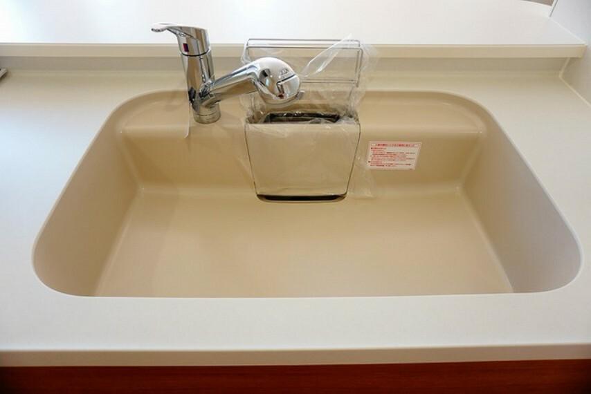 キッチン (同仕様写真)。浄水器が一体化した水栓シャワーが付いているので、シンクが広々使えますね。