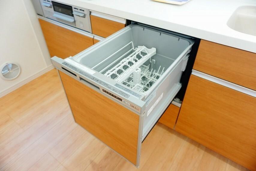 キッチン (同仕様写真)。ビルトインタイプの食器洗浄乾燥機。調理スペースが広がり、キッチンをスッキリ使う事ができますね。