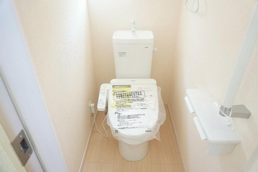 トイレ (同仕様写真)。ウォシュレット付トイレです。節水機能もあるので、安心して使えますね。1階・2階の2ヶ所にトイレがあるので、忙しい朝にもゆとりができますね。