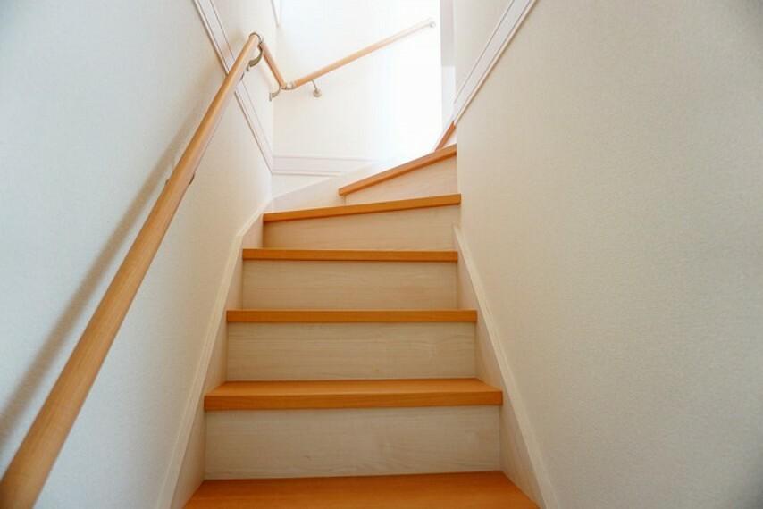 (同仕様写真)。踏み場の広い手摺付き階段です。窓があって明るいですよ^^