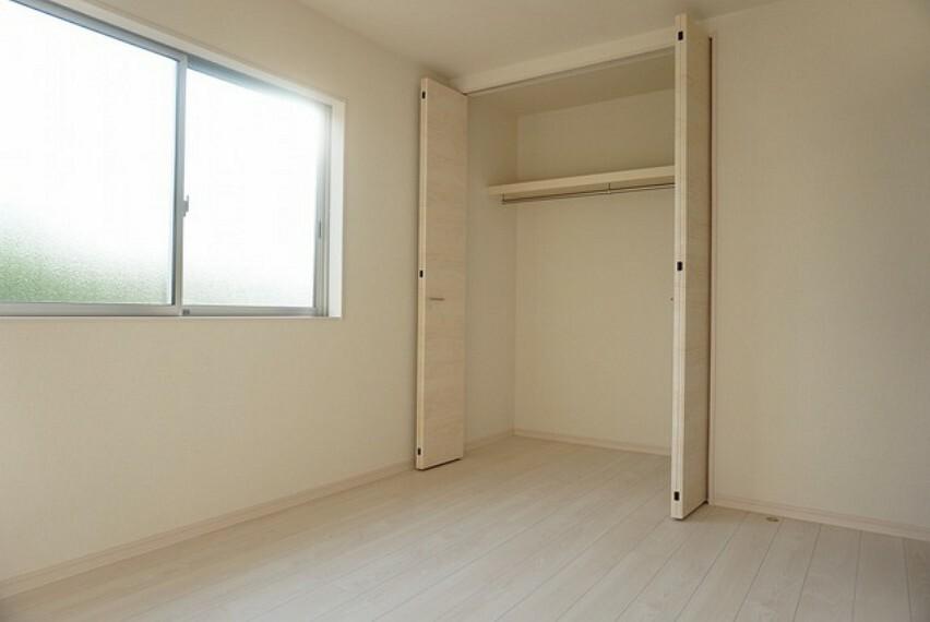 洋室 (同仕様写真)。5.75帖の洋室です。ワイドなクローゼットがあるので、荷物もスッキリ片付きます。