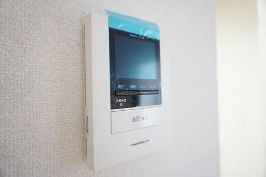 防犯設備 (同仕様写真)。防犯性もばっちり、TVモニター付きインターフォン完備。大きなモニターで玄関先を確認できます。録画機能が付いているので不在時の訪問者も確認できて安心です^^