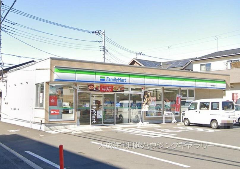 コンビニ ファミリーマート川越的場北店(徒歩6分。ちょっとしたお買い物に便利なコンビニです。)