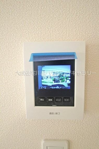TVモニター付きインターフォン ひと目で訪問者が分かり防犯対策にもなるTVモニター付きインターホンです。 1号棟:現地写真2021.10.11撮影