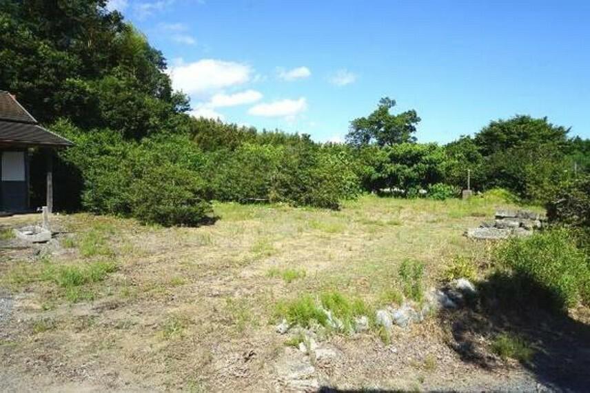 現況写真 宅地部分の敷地面積は約318坪です。別途、山林・原野の敷地がございます。