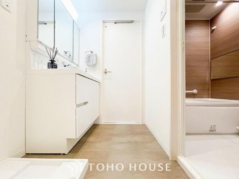 脱衣場 落ち着いた空間を演出するカラーと、ゆったりお使い頂ける広さが魅力のパウダールーム。