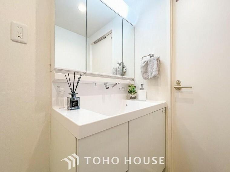 洗面化粧台 三面鏡裏収納には化粧品や洗面用品類をすっきり整理できます。