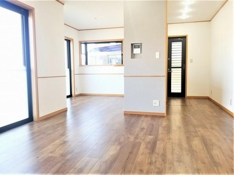 居間・リビング 居間・15.5帖のリビング!ソファを置いてもゆったりとご生活頂ける空間。家族が集まる場所だからこそゆったりとした空間を実現しています。