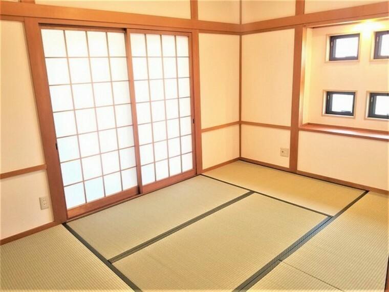 和室 和室・6帖。冬は暖かく過ごせる畳のお部屋。コタツを置いてぬくぬくと家族団らんを楽しむこともできます!