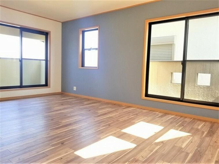 洋室 洋室・12帖。2面採光で明るいお部屋には窓を開けると心地よい風が吹き込みます。
