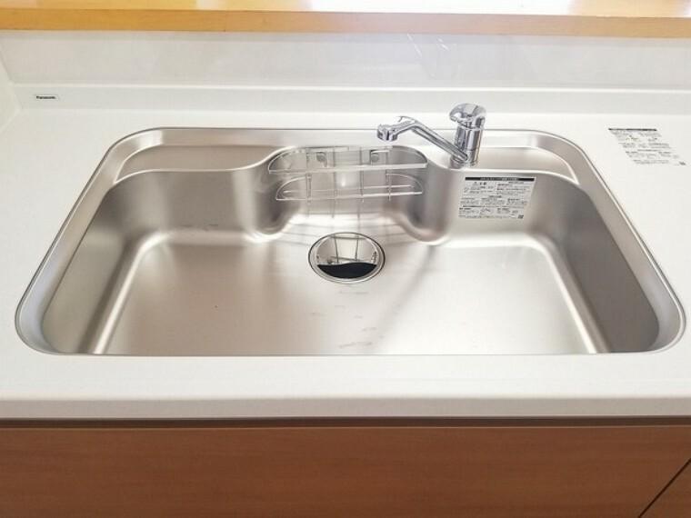 キッチン ステンレスのシンクは清潔感もあり使い勝手も良さそうです。