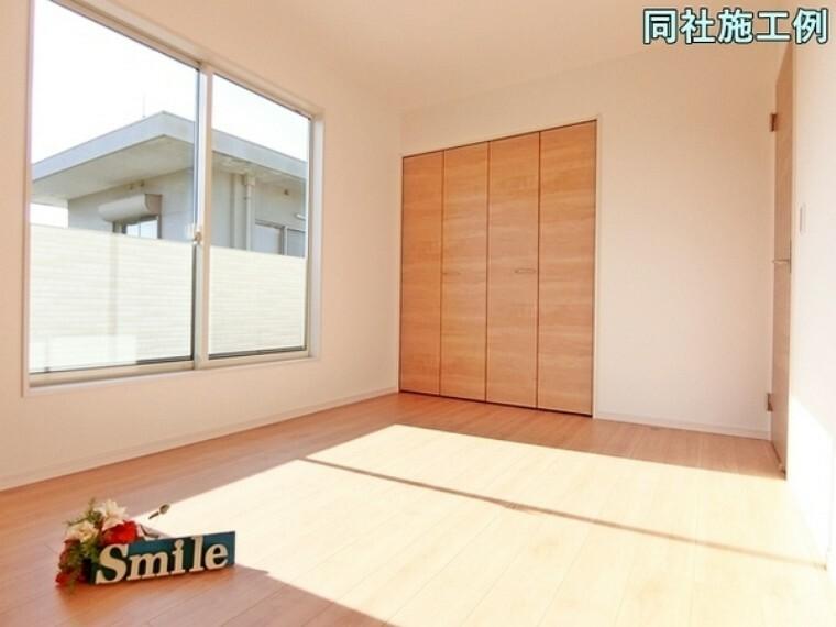洋室 バルコニーへ出られる大きな掃き出し窓からは暖かな陽射しが差し込みます!