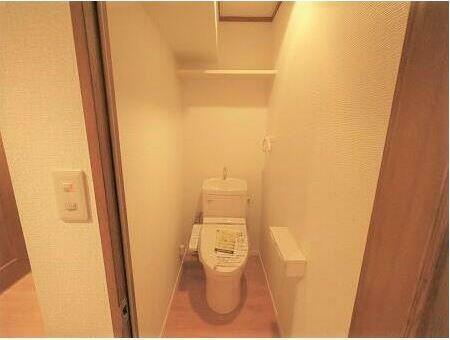 トイレ トイレも新品に交換済みです。 上にはトイレットペーパーなどが置ける棚もあります。
