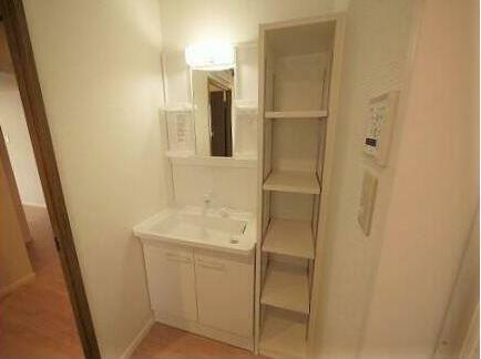 洗面化粧台 洗面所には、タオルなどを収納出来るラックを造作しています。 収納ボックスも入れることができそうですね。