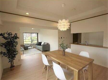 居間・リビング リビングは1部屋を広げているため、ソファやダイニングテーブルを置いても十分な広さになっています。