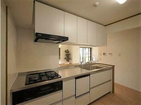 キッチン キッチンは食洗器付き+収納もたくさんついているため、調味料等の収納は困りませんね。