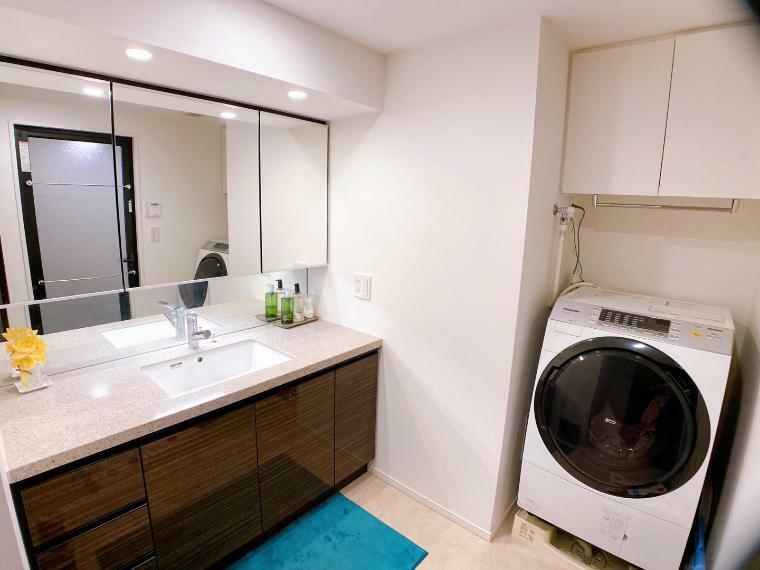 洗面化粧台 独立洗面台など水回りの設備充実! 三面鏡付洗面化粧台! 室内(2021年8月)撮影