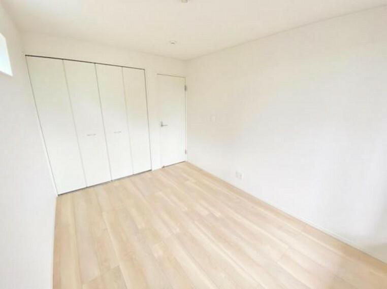 洋室 家族一人ひとりの大切なプライベート空間。趣味に合わせて使って頂けるようシンプルに仕上げてあります。暮らし心地を大きく左右する収納を、適材適所に配置し使い勝手を考慮しました。