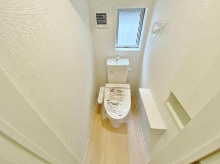 トイレ 節水型でエコなトイレには、今では当たり前のウォシュレット付き。便座を温める機能もついていて、居心地良くてトイレから出られなくなるかも!換気用に換気扇はもちろん、窓も着いているので常に快適ですね