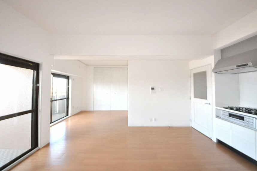 居間・リビング LDK約14帖。リノベーションでLDKを約14帖に拡張。広く明るいお部屋に生まれ変わりました。