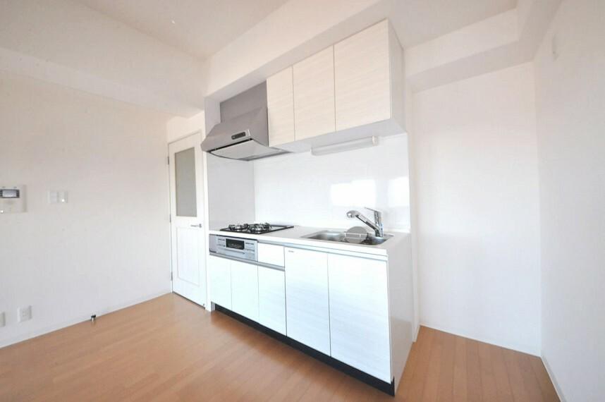 キッチン 清潔感がある白いシステムキッチンも新調済み。まっさらのキッチンでお料理が楽しくなりますね。
