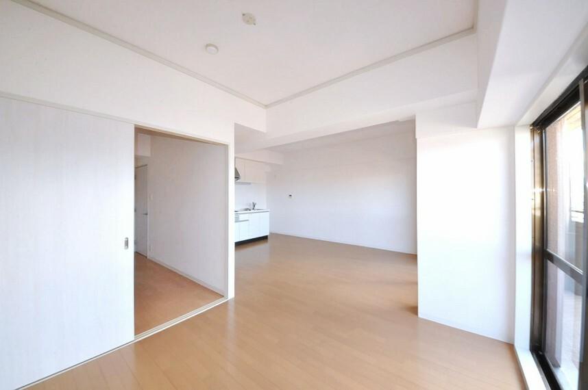 居間・リビング LDKはクロスやフローリングを張替え、入口建具も新調済み。洋室と続き間の使いやすい間取りです。