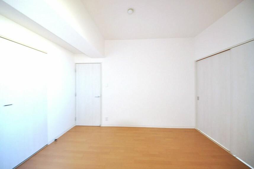 洋室 LDK横の洋室約6.2帖。クロスやフローリングを張替えるなどフルリフォームできれいになりました。