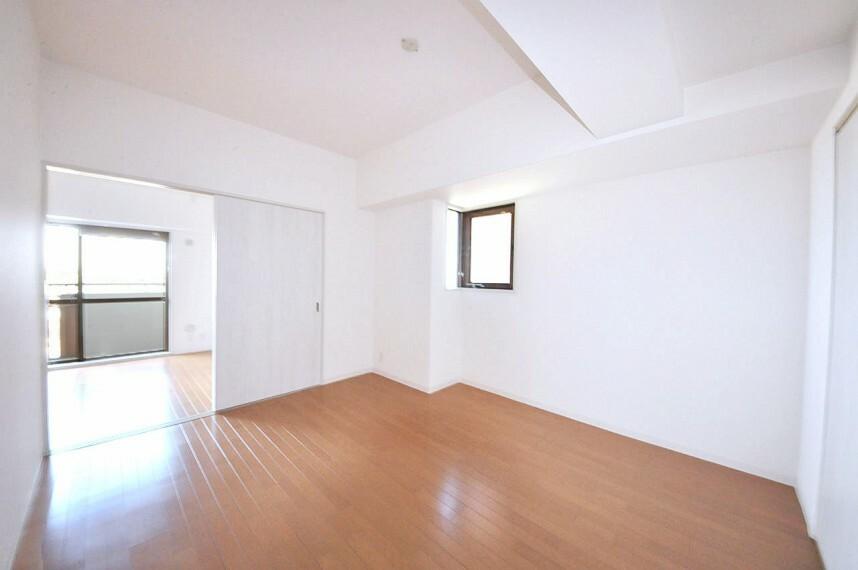 洋室 小窓付きの洋室約6.2帖。リビングと廊下から出入り出来る2WAY動線になっています。