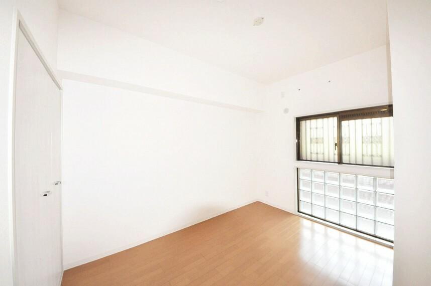 洋室 玄関入って右側の洋室約5.5帖。こちらのお部屋もきれいにフルリフォーム済みです。