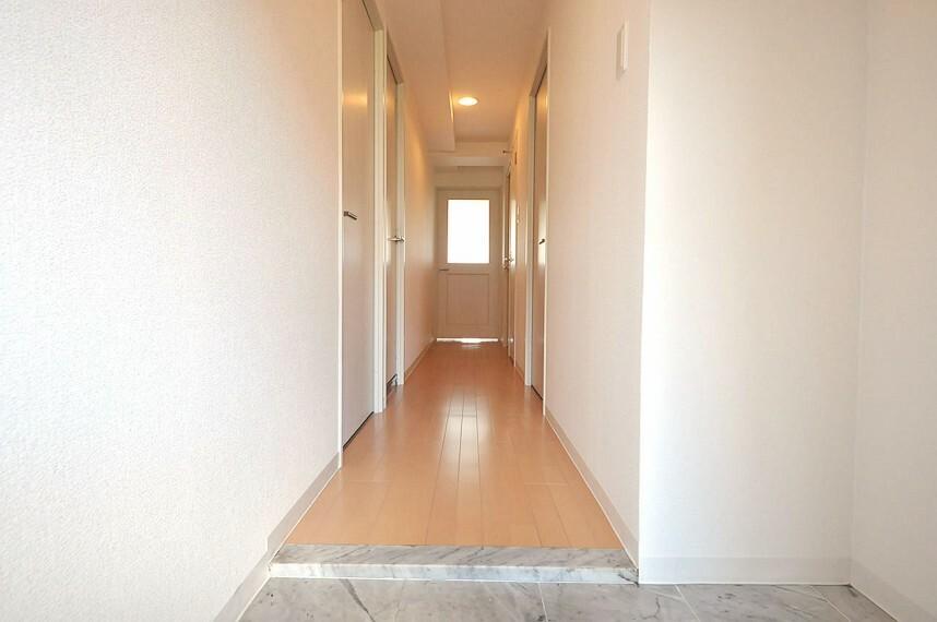 玄関 玄関や廊下もクロスやフローリングを張替え済みです。玄関ポストも新調しました。
