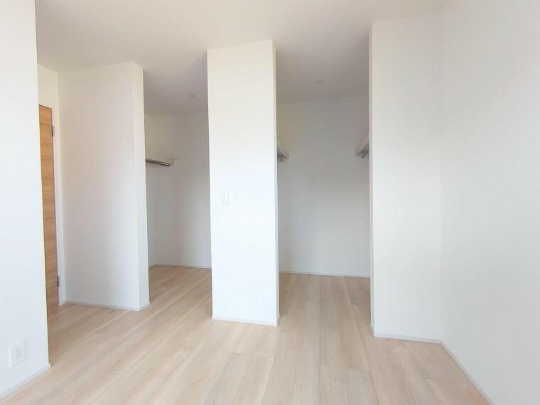 収納 主寝室:ダブルウォークインクローゼット《 現地写真 》現地見学や詳細は 株式会社レオホーム へお気軽にご連絡下さい。