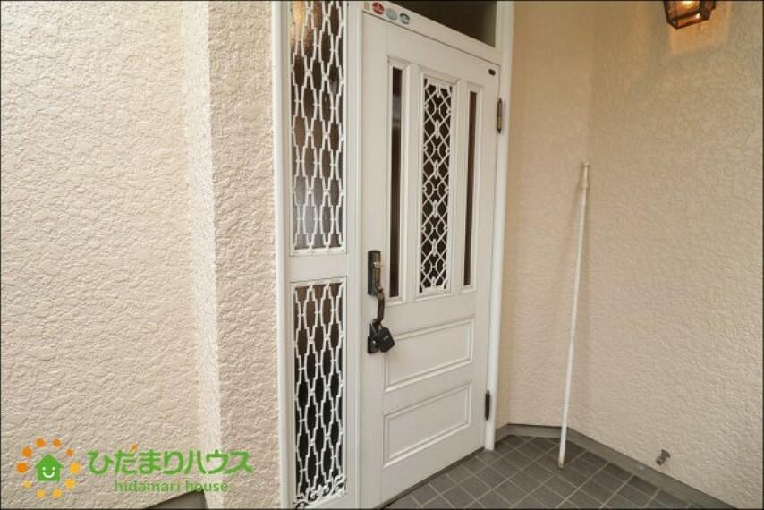 玄関 ドアノブが可愛らしいホワイトの玄関ドアです