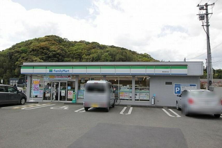 コンビニ 【コンビニエンスストア】ファミリーマート 高知長浜店まで913m