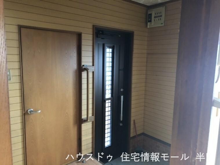 玄関 窓から光が入る明るい玄関です